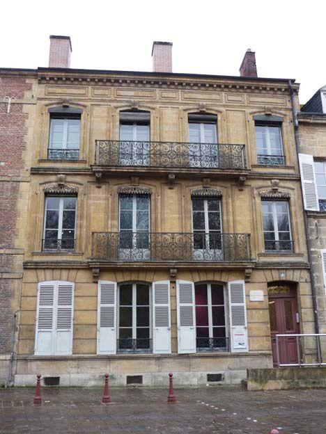 """Face au musée, la maison où a vécu la famille Rimbaud à partir de 1869. Elle est devenue en 2004 """"La Maison des ailleurs"""". Située quai Arthur Rimbaud, la Maison est dédiée au poète voyageur. Sons et lumières permettent de revivre les voyages de Rimbaud."""