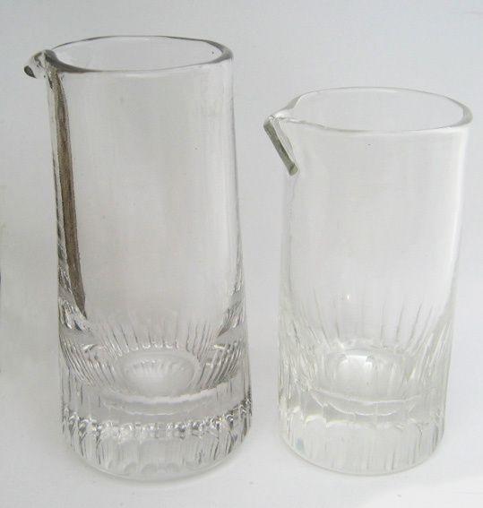 Petits verres doseurs d'absinthe. Pour le grand : hauteur, 85 mm. Diamètre : 30 mm. Pour le petit : hauteur, 70 mm. Diamètre, 35 mm. Les contenances sont les mêmes. Collection Delahaye.