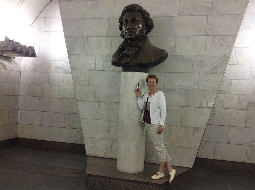 Statue de Pouchkine. Rendez-vous un peu plus loin pour la visite du musée qui porte son nom.