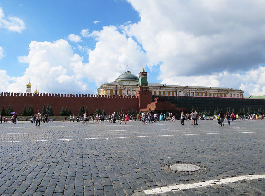 Le mausolée de Lénine est en forme de pyramide à degrés. De l'autre côté du mur, le Kremlin avec le Sénat dont le toit est en forme de dôme. Ph. Delahaye.