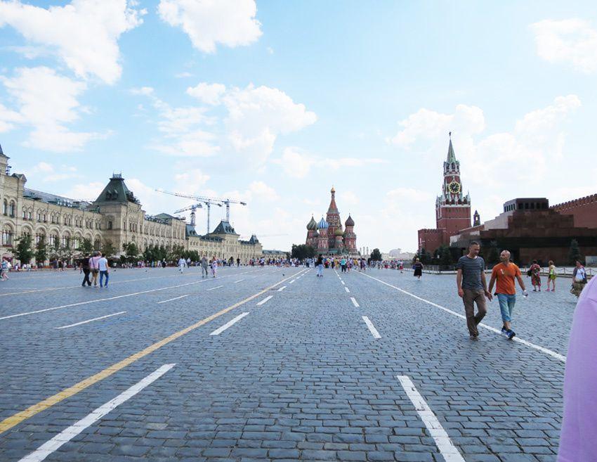 En entrant par les Portes de la Résurrection, le Kremlin est à droite ainsi que le mausolée de Lénine. Le magasin Goum est à gauche. En face, la basilique de Basile-le-Bienheureux. Ph. Delahaye.