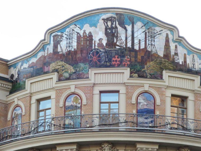 Allégorie à la gloire du travail des champs et de l'industrie peinte en haut d'un immeuble. Ph. Delahaye.