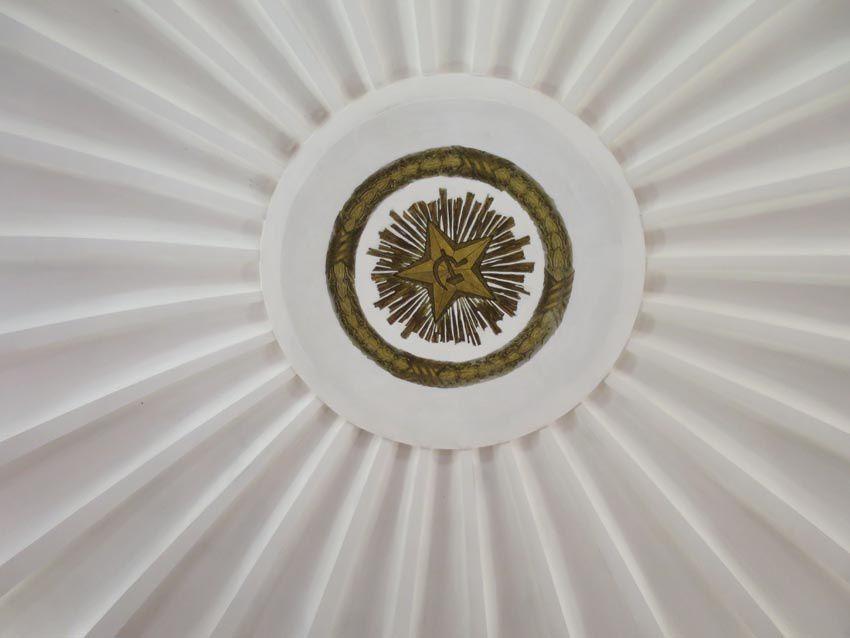 Dans le métro : pilier et plafond. Ph. Delahaye.