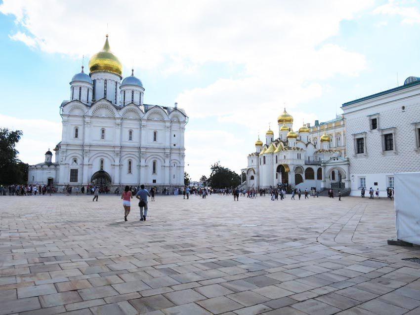 La cathédrale de l'Archange-Michel. Nécropole des grands princes et des tsars jusqu'en 1712, date à laquelle Pierre le Grand déplaça la capitale à Saint-Pétersbourg. À droite, la cathédrale de l'Annonciation et le Palais à Facettes. Ph. Delahaye.