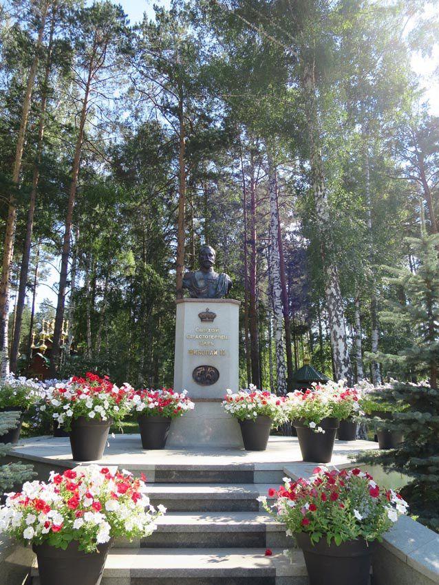 La statue de Nicolas II à l'entrée du monastère. Ph. delahaye.
