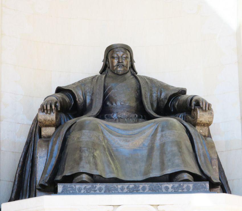 Gengis Khan sur son trône. Un de ses fils sur son cheval. Ph. Delahaye.