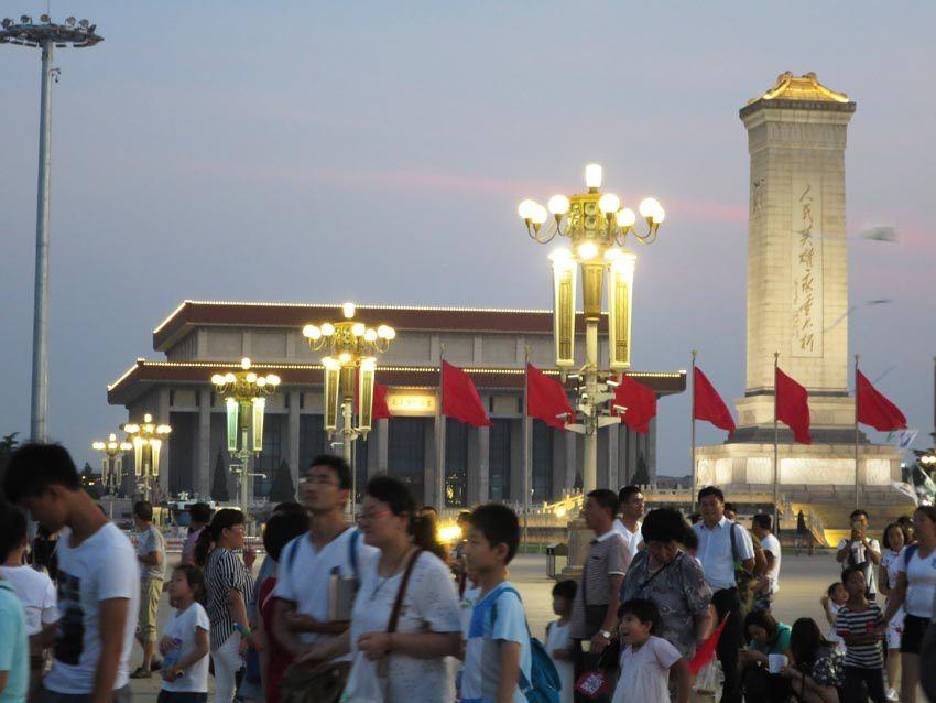 La nuit tombe sur la Place Tian'anmen. Ph. Delahaye.