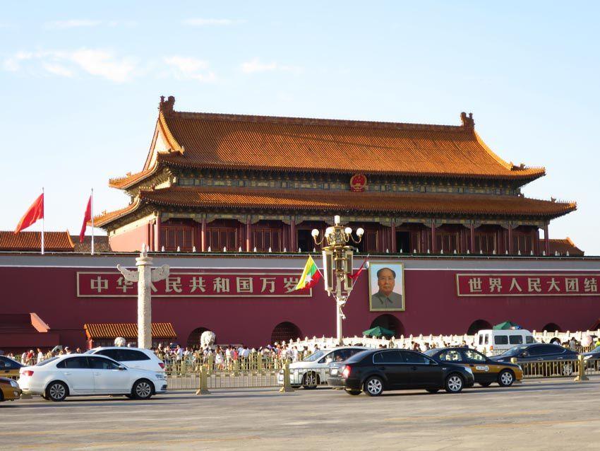 La Place Tian'anmen est bordée d'avenues qui séparent les monuments de la place proprement dite. Ph. Delahaye.