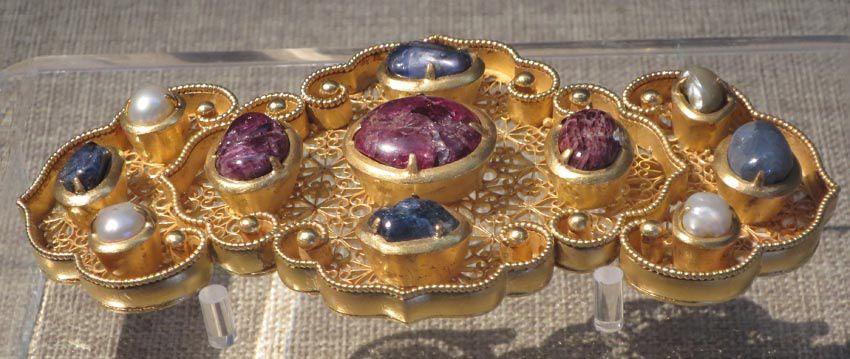 Bijou en or et pierres précieuses, vase en jade, kimono. Ph. Delahaye.