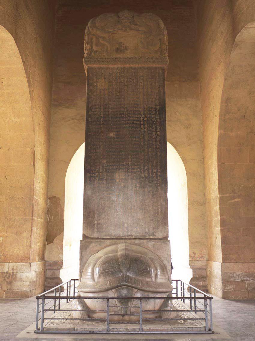 Stèle recto-verso. La stèle repose sur une tortue, symbole d'immortalité.