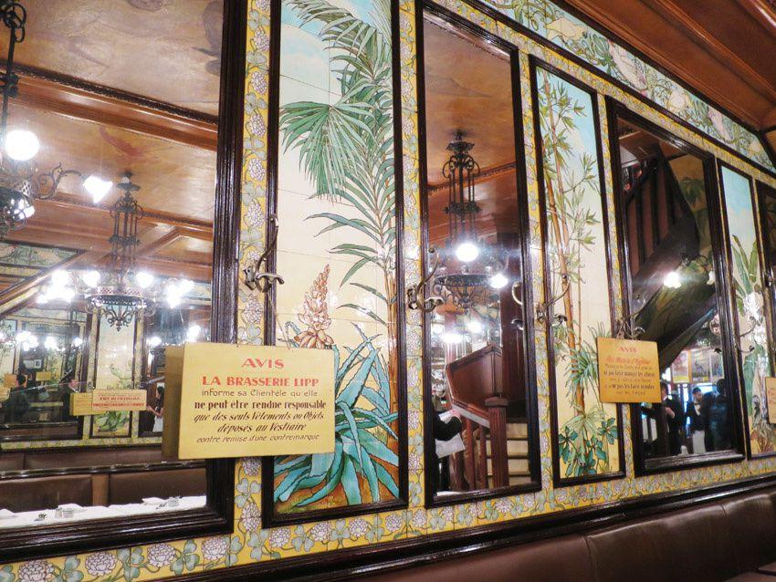 Le décor est typiquement 1900 avec son décor exotique en céramiques murales de Léon Fargue entrecoupées par de grands miroirs. Ph. Delahaye.