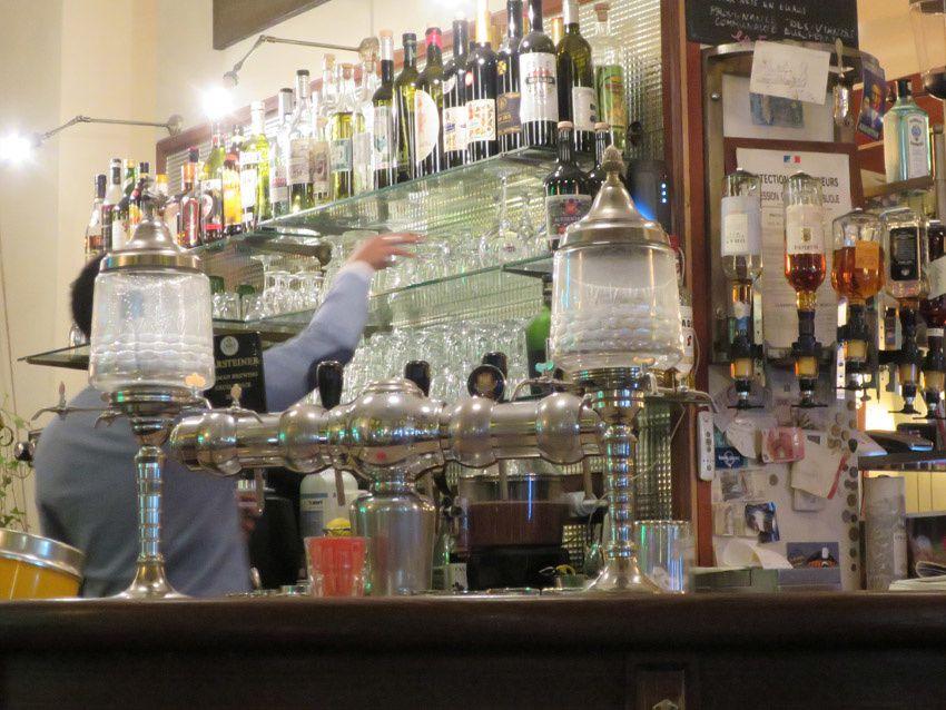 Le bar et ses fontaines. Ph. Delahaye.