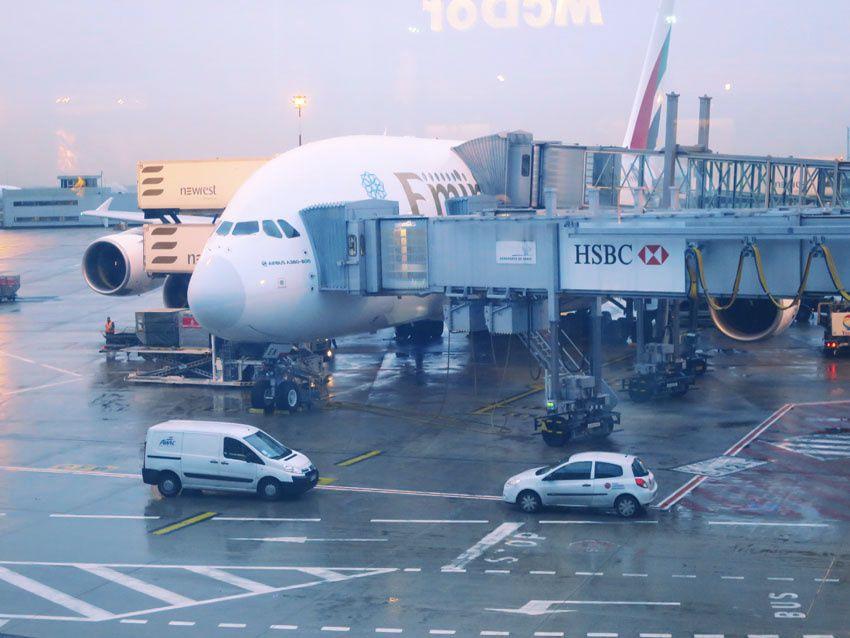 L'Airbus A 380 de la compagnie Emirates en cours de préparation à Roissy. Ph. Delahaye.