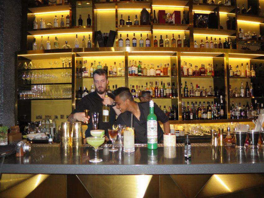 L'équipe du bar à la préparation des cocktails.