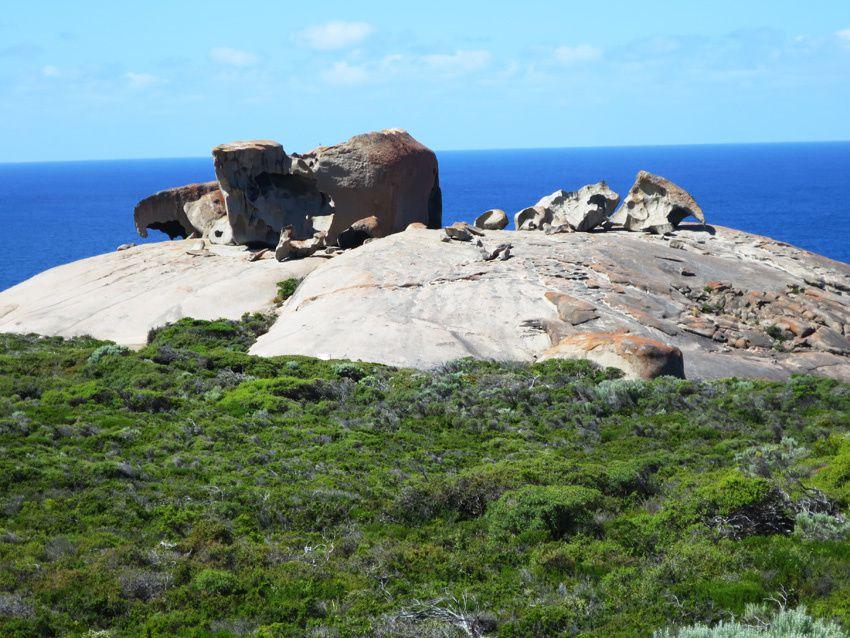 Remarkables Rocks vus de loin puis de plus près. Ph. Delahaye.