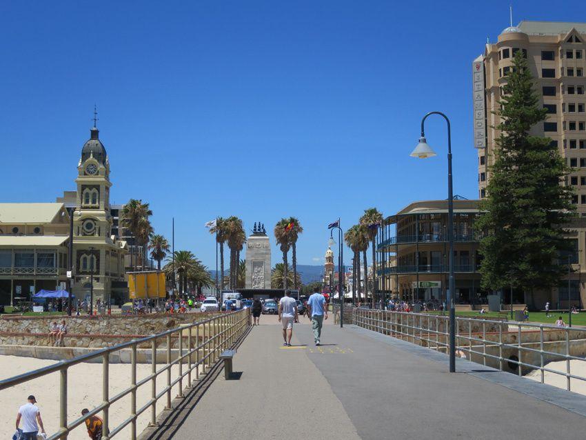 Depuis la jetée vue sur la plage et sur la ville avec à gauche l'Hôtel-de-ville et en face un monument commémoratif. Ph. Delahaye.