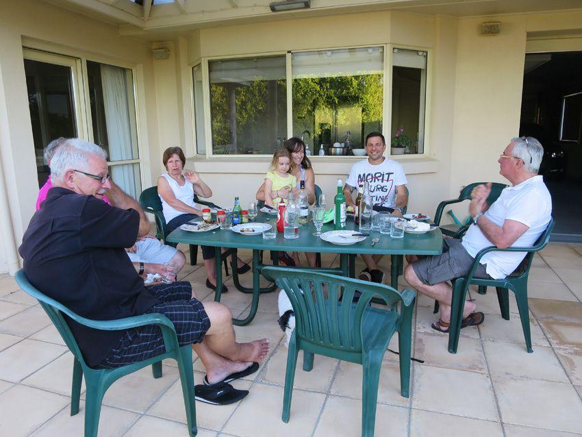 Larry devant son barbecue puis dégustation de la Fée absinthe. Ph. Delahaye.