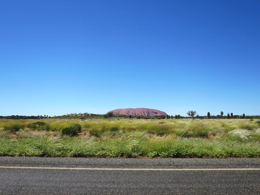 Uluru/Ayers rock depuis la route. Ph. Delahaye.