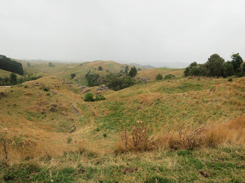Tout au long de la route, paysages tourmentés avec émergences de blocs rocheux. Ph. Delahaye.