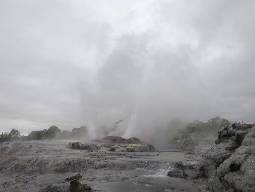 Les deux premiers geysers en éruption. Ph. Delahaye.