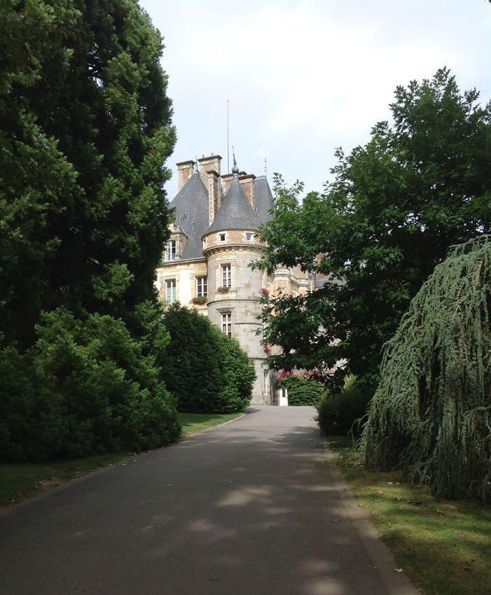 Le château apparaît au détour d'une allée du magnifique parc. Ph. Delahaye.