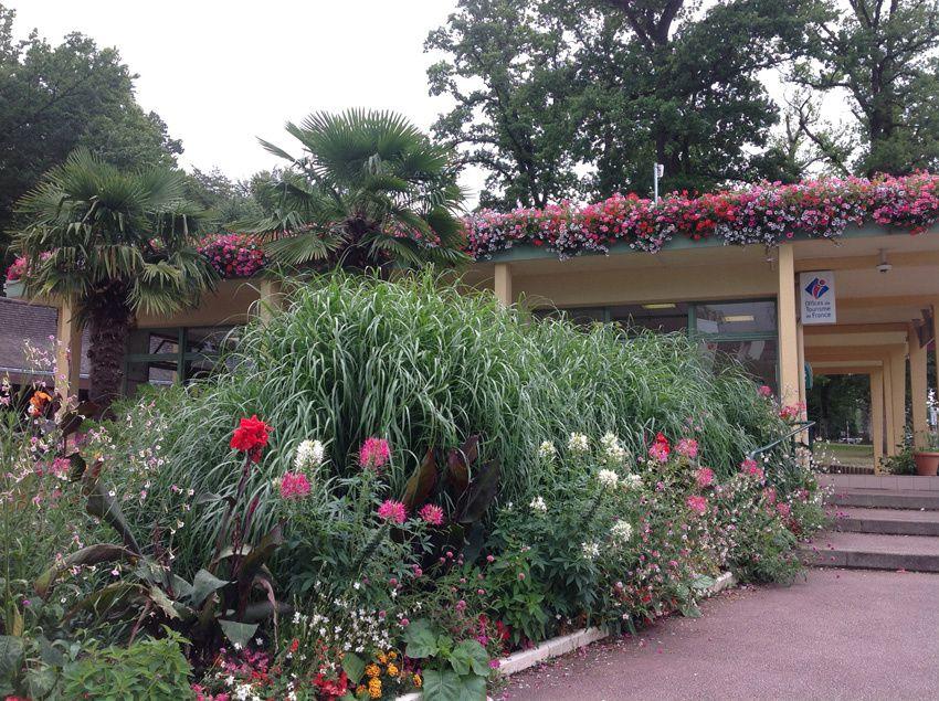 L'office de tourisme croule sous les fleurs. Ph. Delahaye.