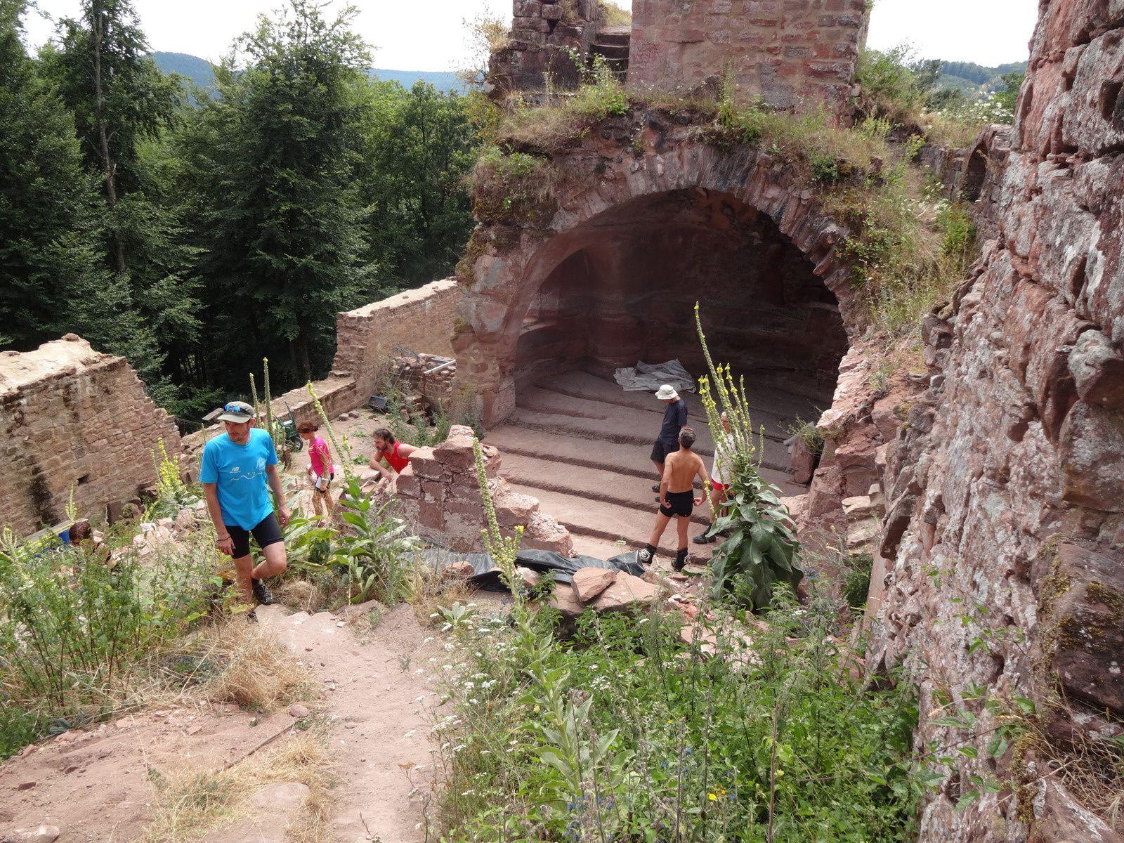 Une grande salle voutée entre les 2 rochers sur lesquels est bâti le château.