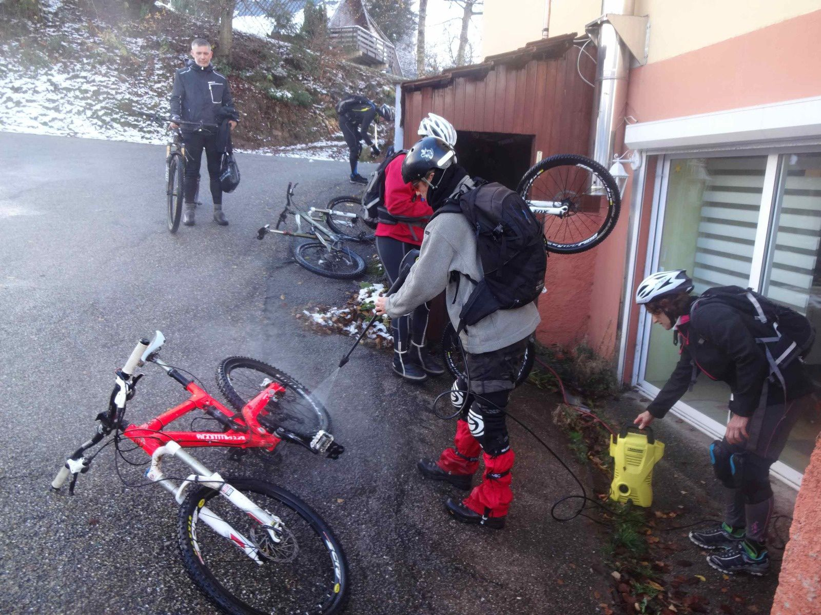 De retour chez Aline et Claude, Christian s'occupe du nettoyage des vélos. Nous sommes tous bien contents d'avoir fait cette sortie hivernale, et bien contents aussi de retrouver la chaleur du foyer.