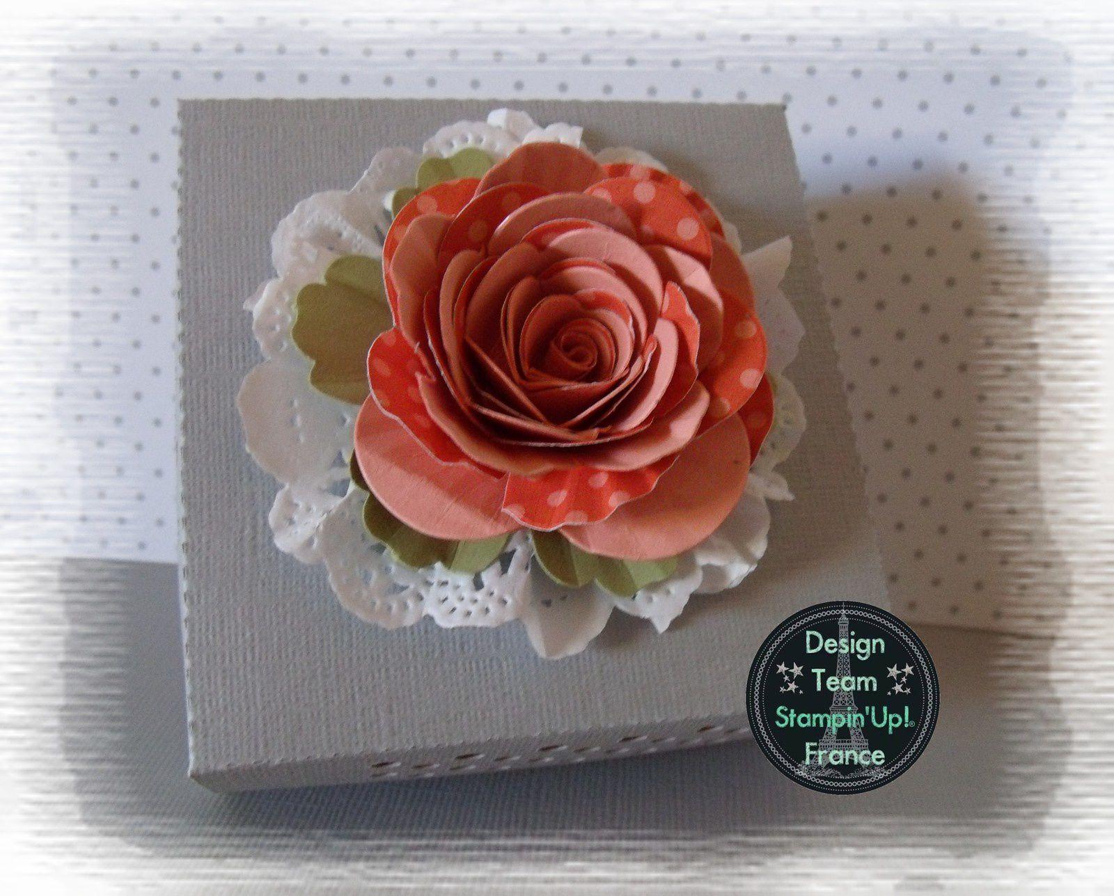 """La fleur est réalisée avec le die de coupe pour big shot """"fleur en spirale"""" il vous suffit de couper 2 fois cette fleur dans deux papiers et de coller ces deux fleurs en décalant légèrement pour former cette rose."""