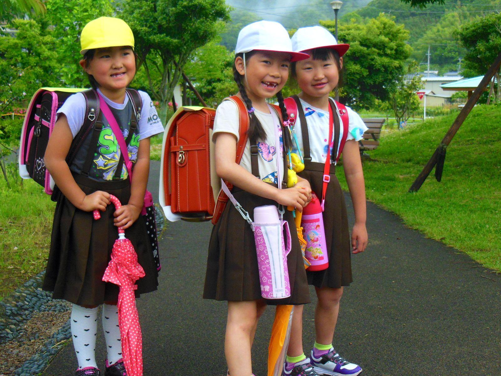 1/ Bivouac sur un parking 2/ Jeunes écolières 3/ Péninsule d'Izu 4/ Péninsule d'Izu