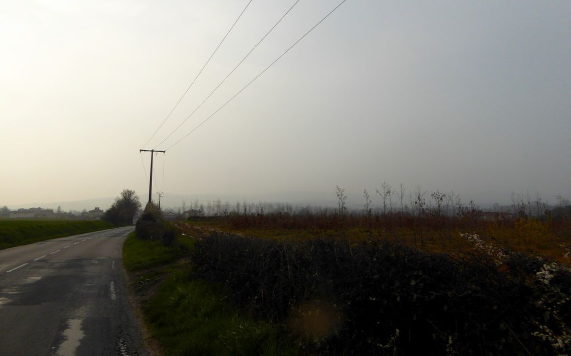 Crédit photos : Valex Nico. Pollionay dans la brume ; ce plat pays qui n'est pas le mien ; le barrage de Jons ; le canal de Jonage ; du plat découvert toujours ; le bourg de Chazay d'Azergues
