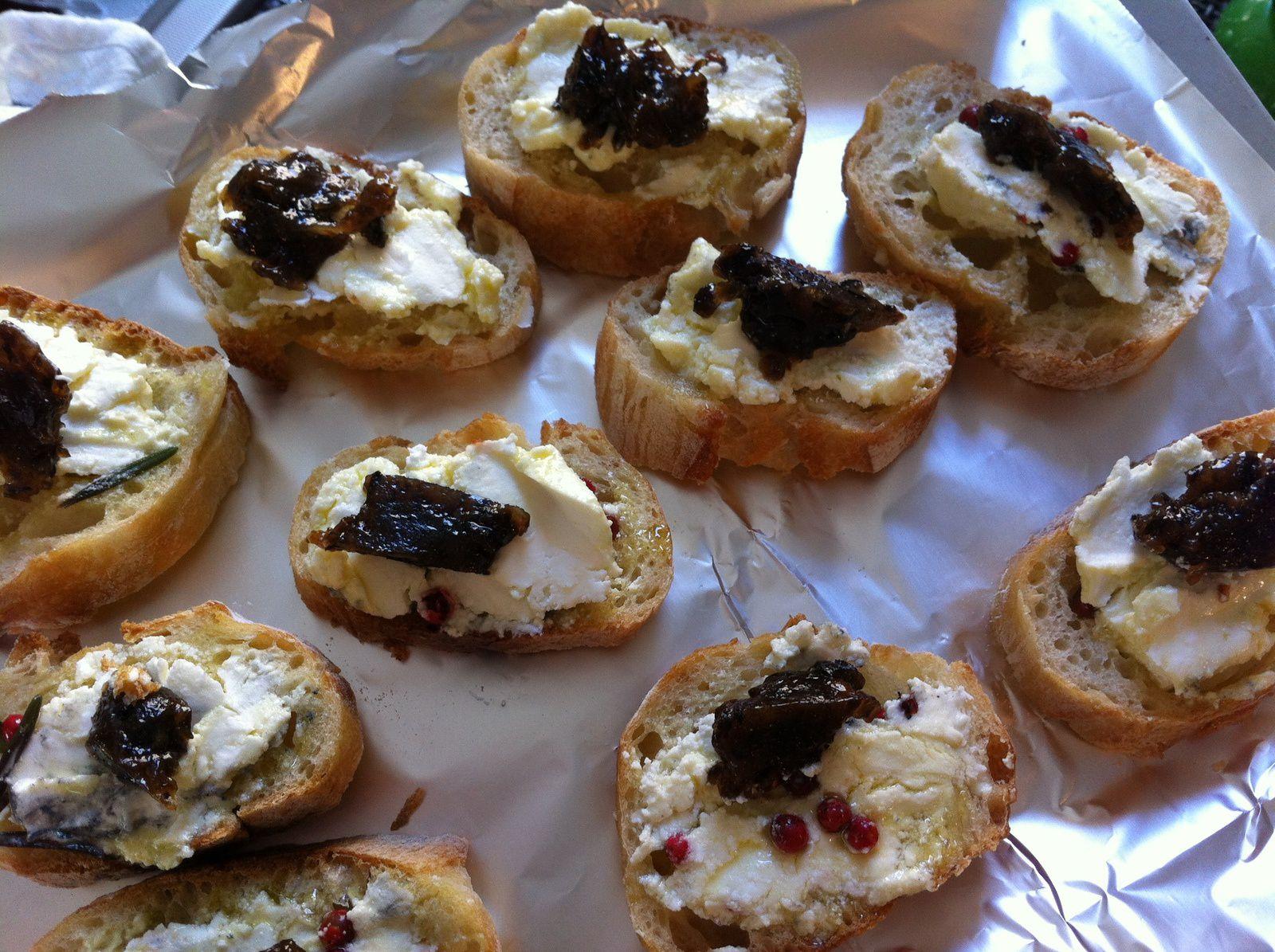 Tartines de Rocamadour et confiture d'olives noires