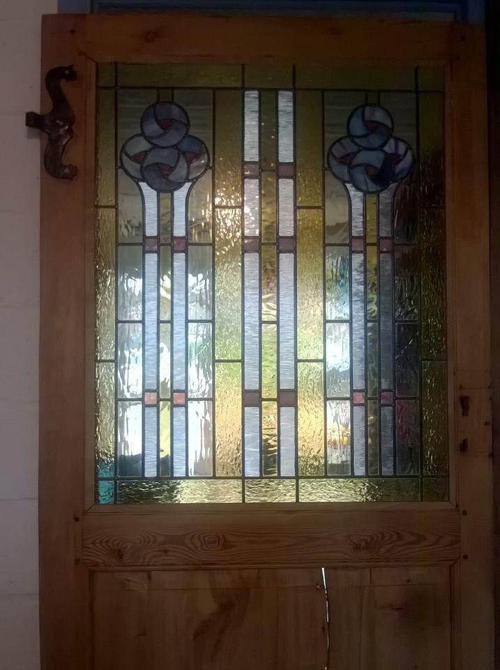 A partir de deux petits vitraux abîmés, mondification pour insertion dans une porte