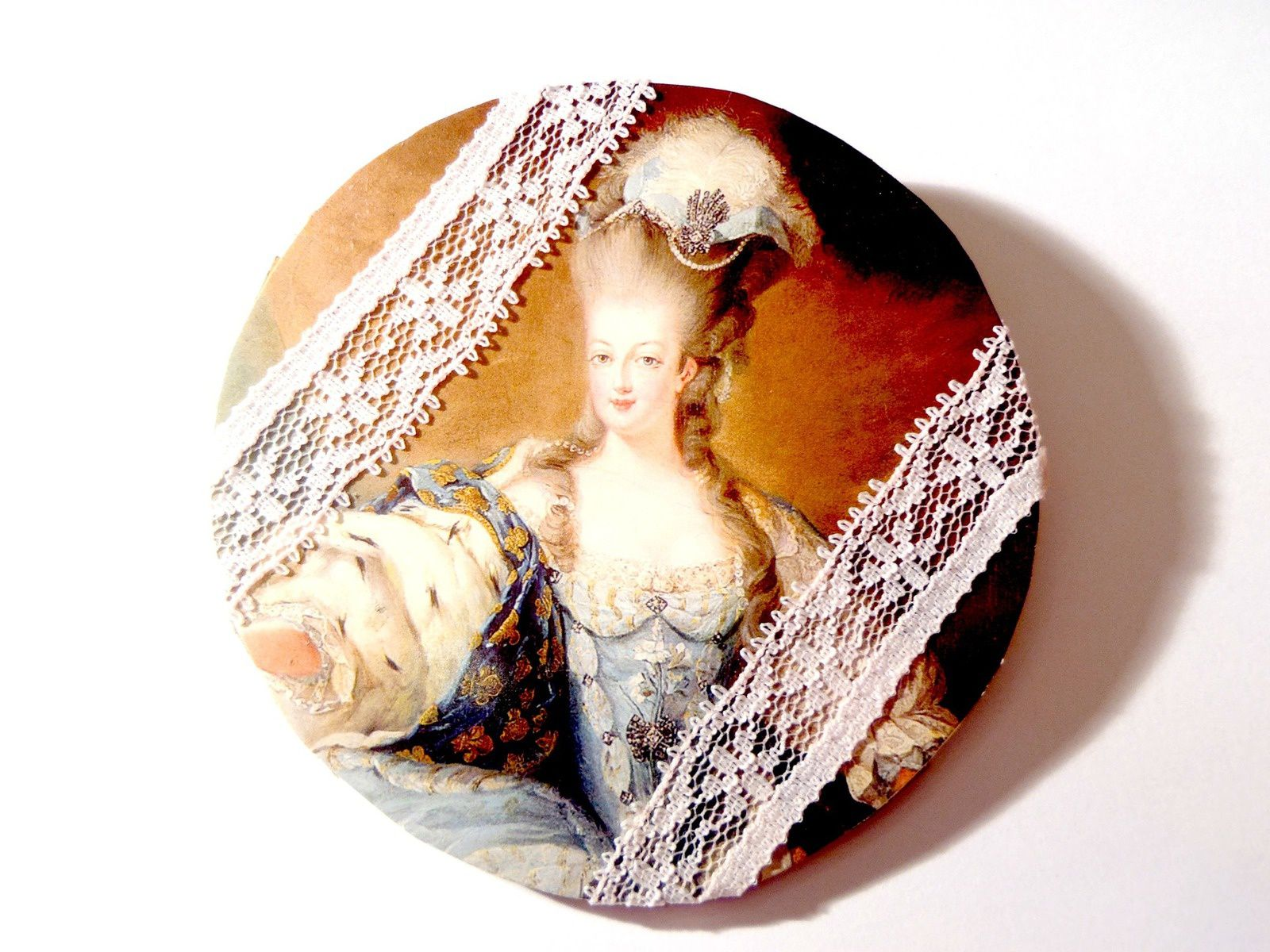 "Ma broche ""Marie-Antoinette"" © Saucisseintrinseque (non disponible)"