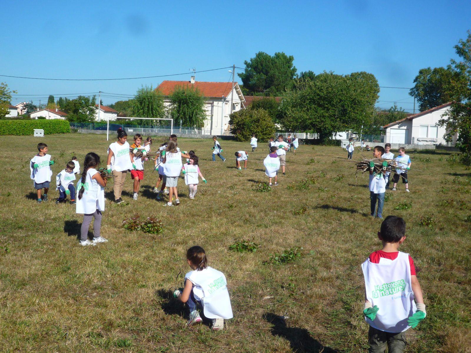 Le nettoyage du parking devant l'école, de notre grand terrain herbeux et le goûter de réconfort !