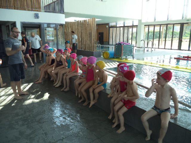 A l'arrivée sur les bassins, on écoute attentivement les consignes du maître nageur.