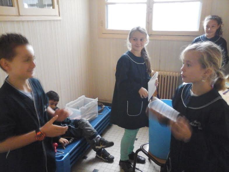 Certains apprennent facilement par la musique et ont aimé créer une petite chanson d'accueil mise en musique avec des percussions.
