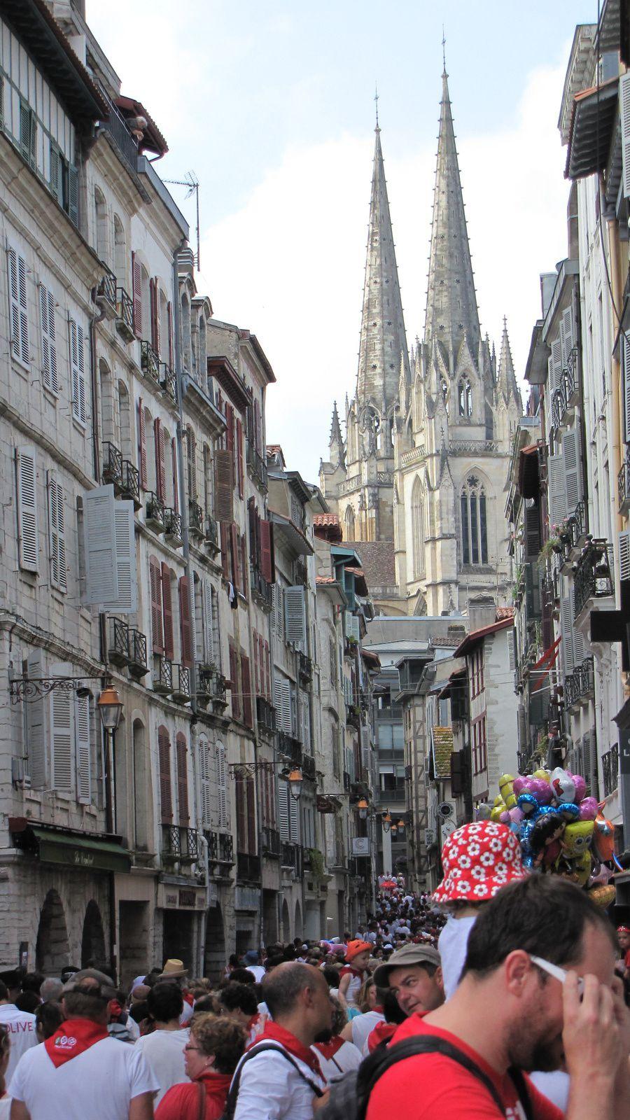 """La foule dans le """"grand Bayonne"""" devant la cathédrale"""