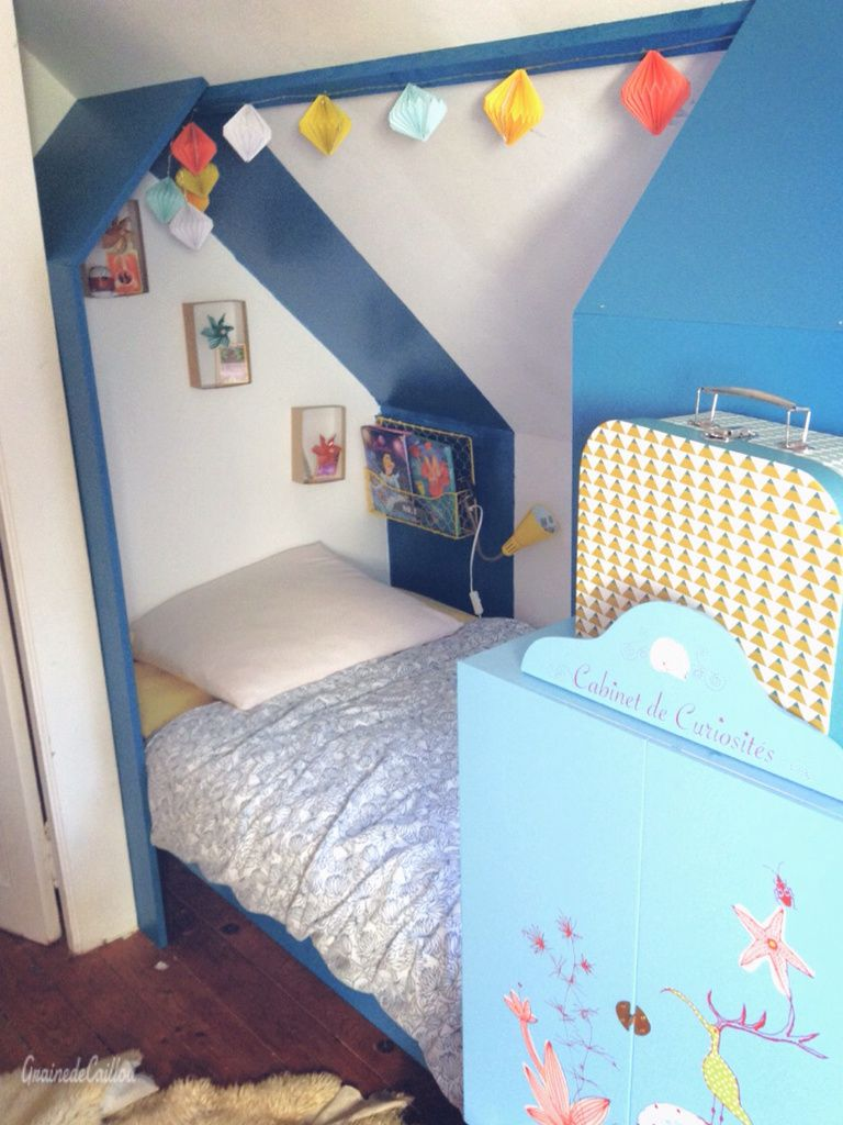 un lit cabane sous les toits graine de caillou. Black Bedroom Furniture Sets. Home Design Ideas