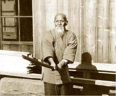 O sensei pratiquant les armes