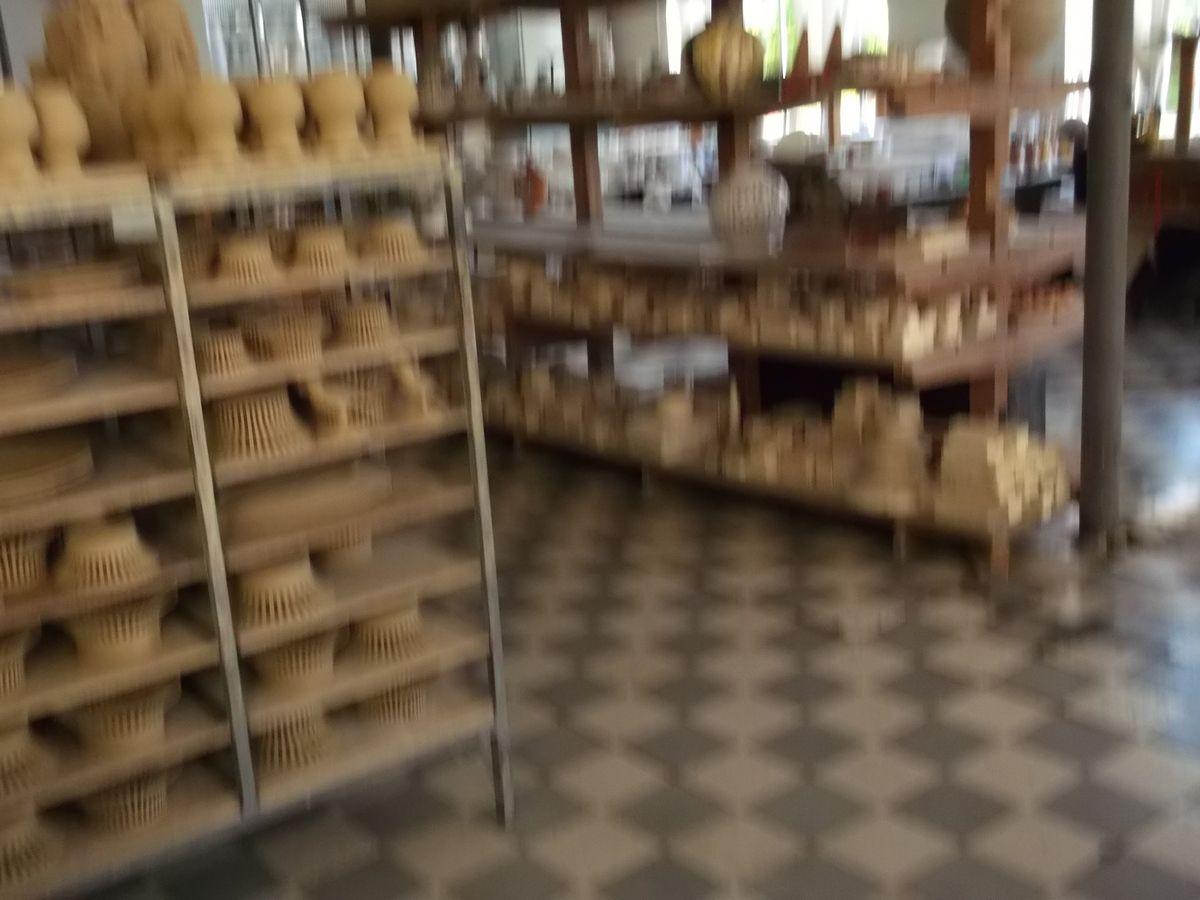 La faiencerie de Malicorne : fabrication, ateliers, magasin &#x3B; sur la Sarthe de Sablé à Beaucé et retour.