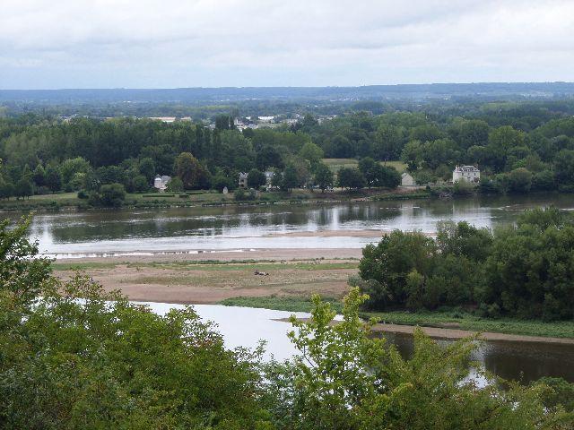 Pour découvrir en bateau les paysages chargés d'histoire de Candes-Saint-Martin à Montsoreau : petits villages à flan de coteau, lieu de frontière entre Touraine et Anjou,