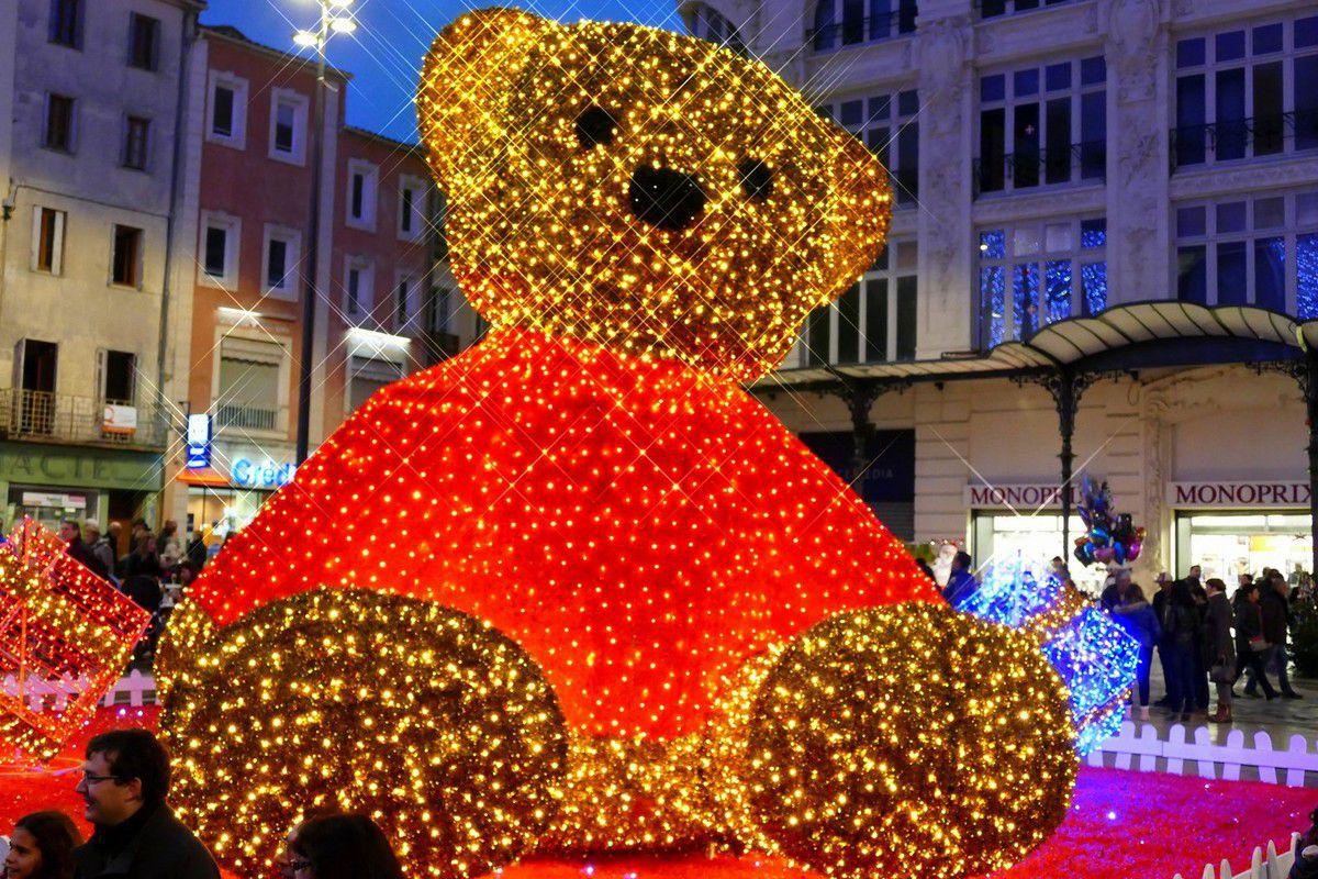 D'immenses jouets lumineux ont investi les abords du palais des Archevêques (décembre 2015, images personnelles)