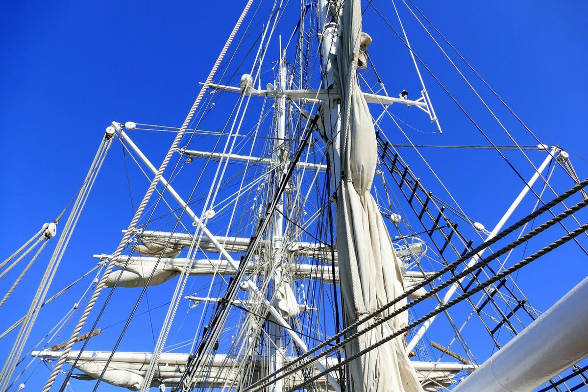 En admiration devant les mâts et la forêt de cordages nécessaires pour manoeuvrer les voiles du navire (octobre 2016, images personnelles)