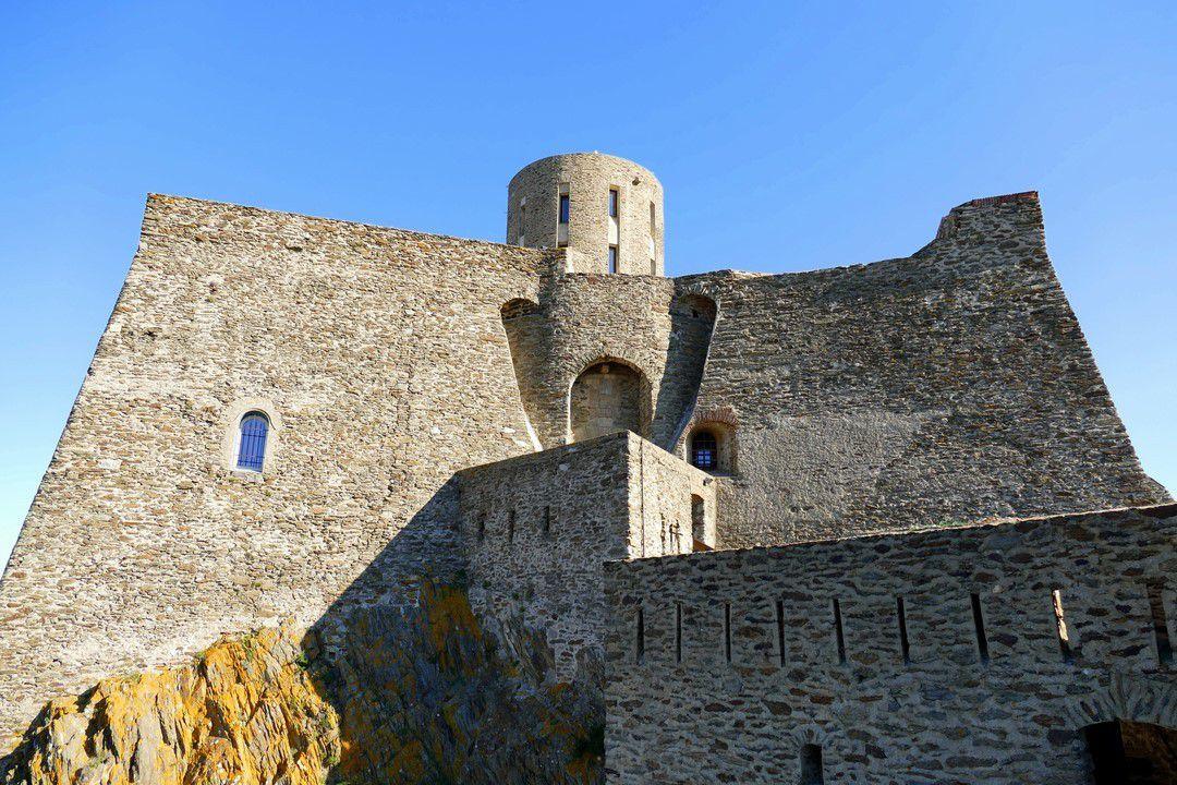 Un système de défense impressionnant avec de massives murailles et un accès au fort protégé par deux ponts-levis (octobre 2016, images personnelles).