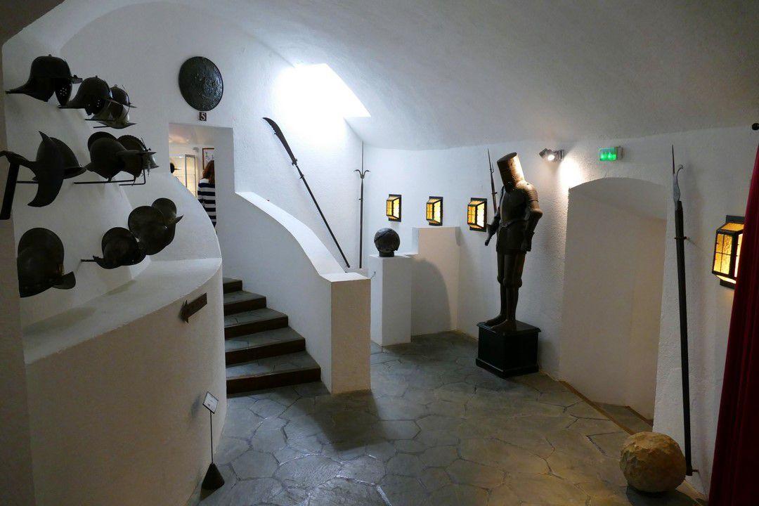 D'autres vues des aménagements intérieurs du fort, présentant du mobilier restituant l'atmosphère