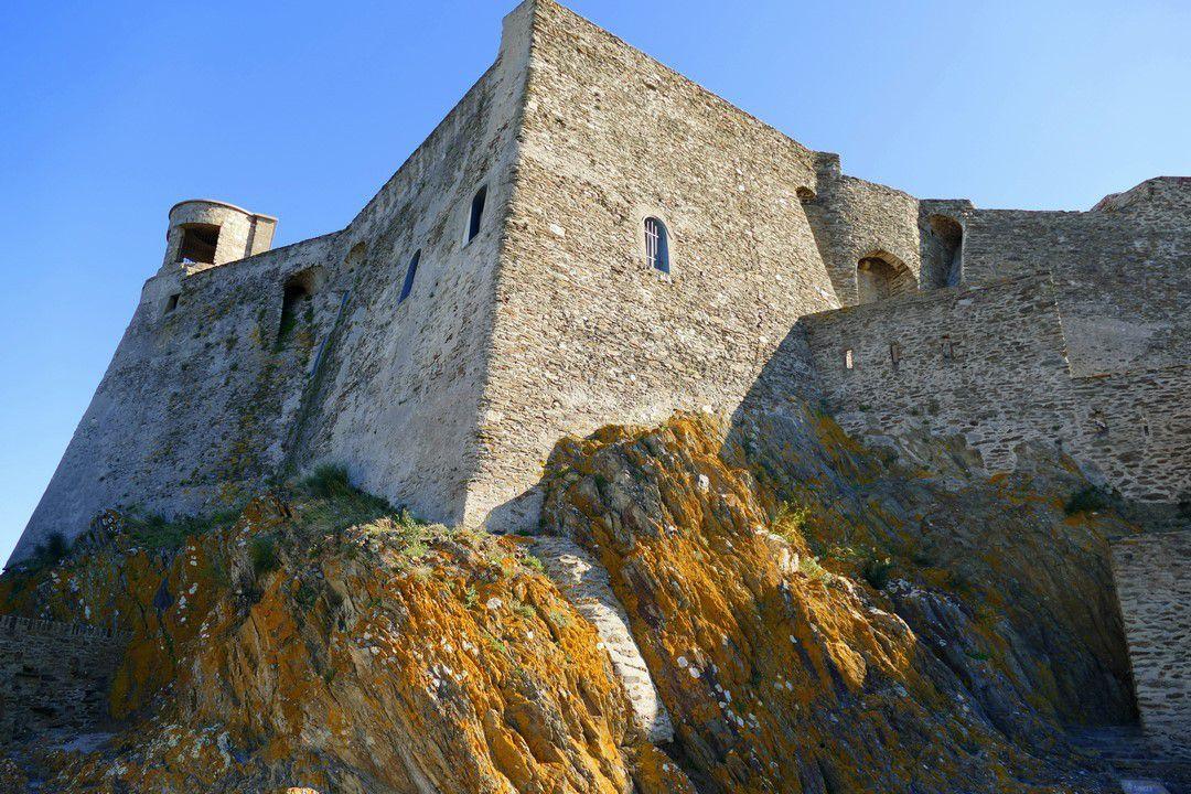 Les impressionnantes fortifications et le glacis qui entourent le fort (octobre 2016, images personnelles)
