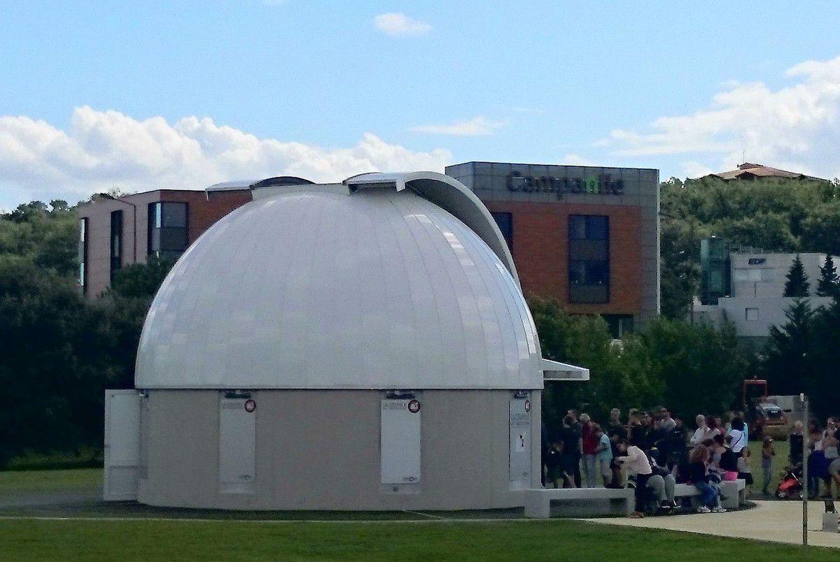 Le Terradôme abritant un quizz collectif et la coupole permettant d'observer le ciel grâce à son impressionnant téléscope (Août 2016, images personnelles)