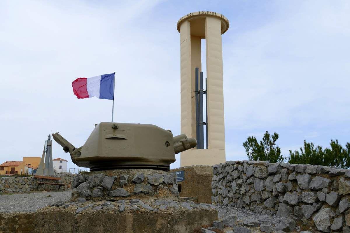 Près du port se trouve un monument en hommage à Pierre Brossolette, grand résistant français (avril 2016, images personnelles)