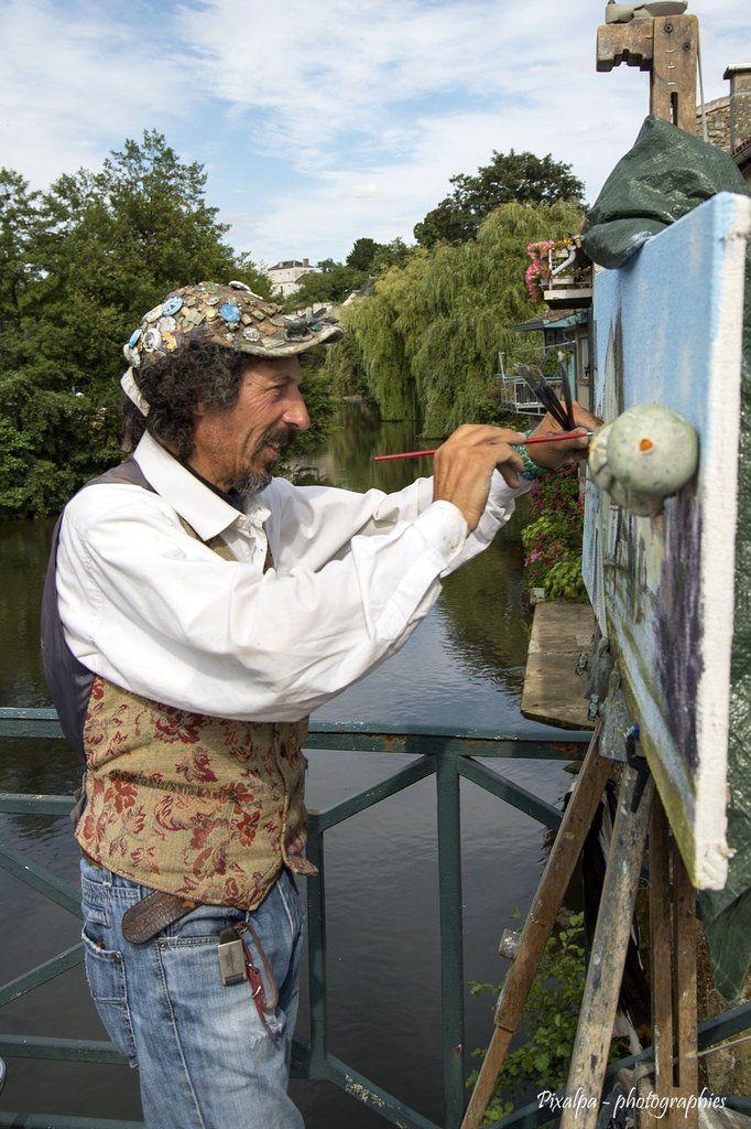 Un peintre italien immortalise la Charente à Civray....